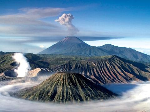 Ngắm bình minh trên ngọn núi lửa đẹp nhất Indonesia