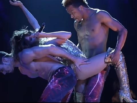 Selena Gomez lả lơi gợi cảm bên nam nhân ngực trần