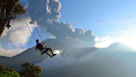 Leo núi lửa và ngồi xích đu 'tử thần' ở Indonesia