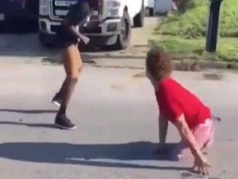 Cậu bé 'cụt cả 2 chân' vẫn hạ gục kẻ bắt nạt mình!