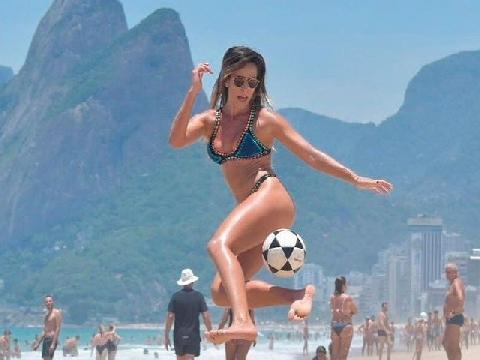 Hot girl nóng bỏng tâng bóng trên bãi biển