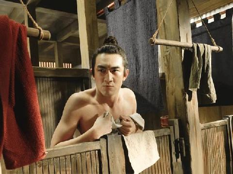 Không thể ngờ, Nguyệt công tử cao lãnh cũng có ngày bị gái nhìn trộm... lúc tắm