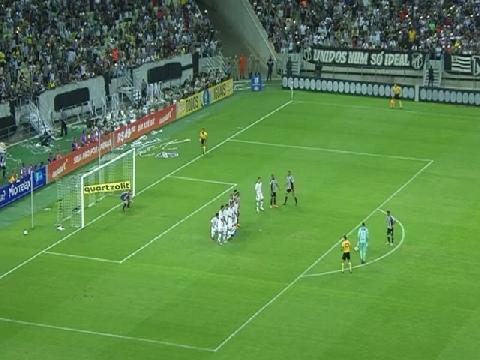 Thủ môn sút phạt ghi bàn gây sốt giải VĐQG Brazil