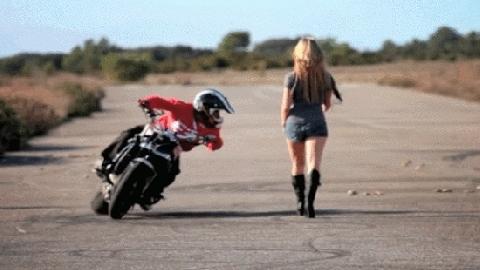 """Tay đua môtô ngã """"chổng vó"""" vì mải ngắm chân dài"""