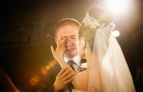 Ngày con đi lấy chồng, cha khóc cạn nước mắt