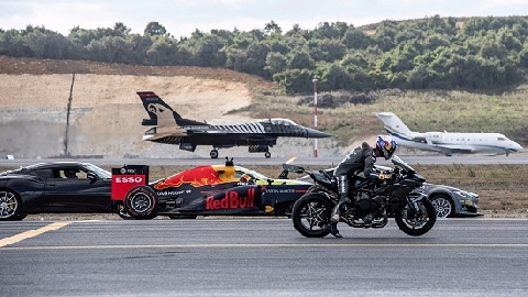 Xem chiến đấu cơ F-16 đua tốc độ với ô tô F1 và siêu mô tô