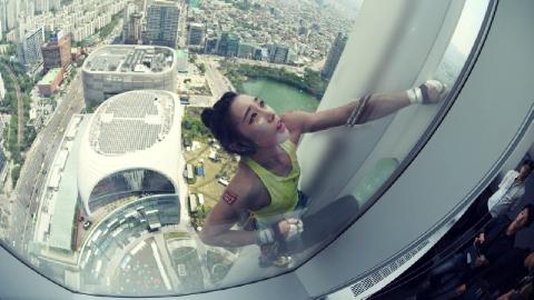 Say rượu làm liều, cô gái leo một mạch lên đỉnh tòa nhà 8 tầng