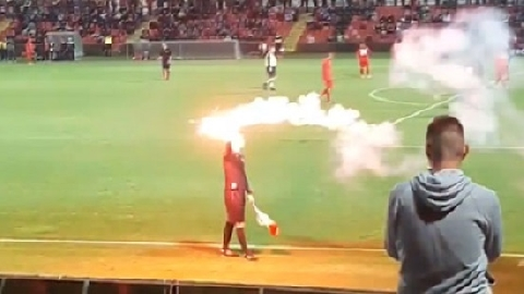 Chuyện lạ: Trọng tài cầm pháo sáng chạy trên sân