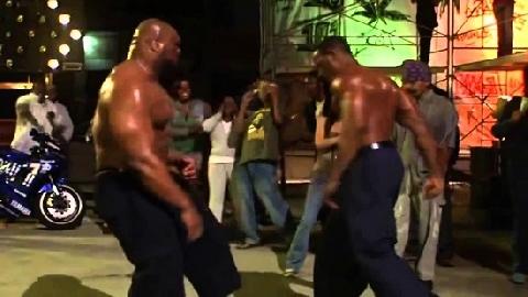 Xem Michael Jai White đánh gục gã khổng lồ bằng liên hoàn cước