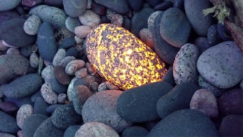 Kiếm tiền nhờ bán 'đá Thần phát sáng'