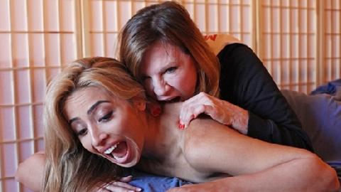 Massage bằng răng - thú vui mới của sao Hollywood