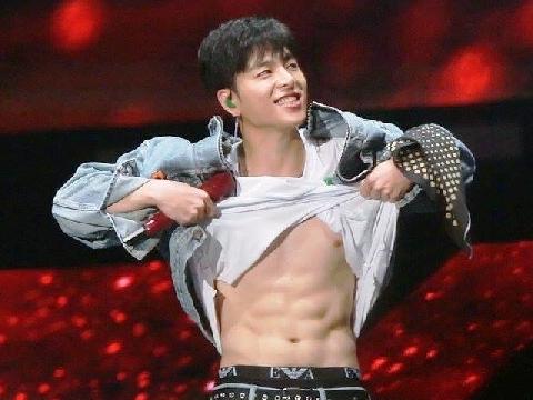 Junhoe (iKON) xé áo khoe cơ bụng khiến fan 'ngất xỉu'