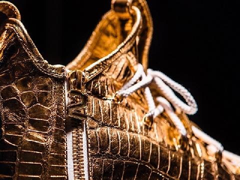 Chiêm ngưỡng đôi giày da cá sấu ngâm vàng giá 2 tỷ