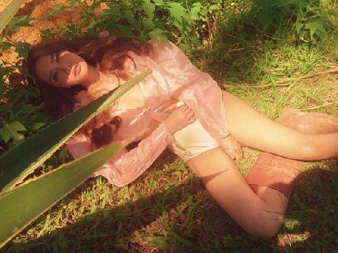 Bích Phương rũ bỏ hình tượng gái ế, hở gợi cảm trong MV mới