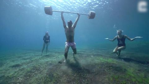 Thợ lặn liều mạng nâng tạ dưới đáy biển