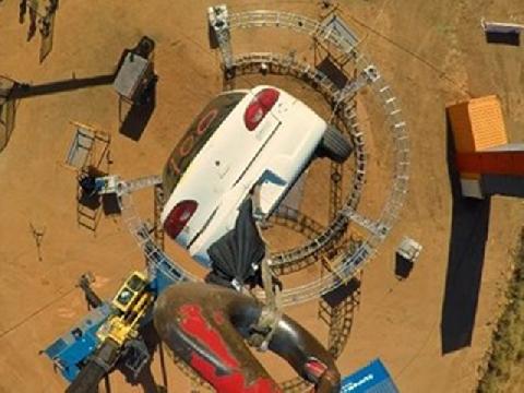 Thả ô tô từ độ cao 24 mét bằng cần cẩu