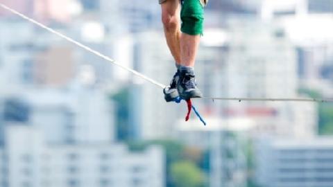 Đi trên dây ở độ cao 1.200m không dùng bảo hộ!