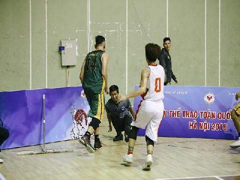 Hai cầu thủ bóng rổ Cần Thơ đấm trọng tài