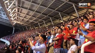 Cổ động viên Việt Nam hát quốc ca đầy cảm xúc