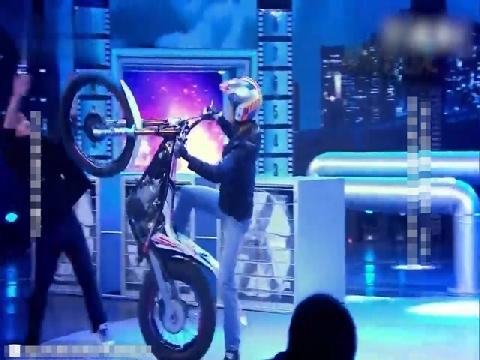 Màn biểu diễn mô tô siêu đẳng ngay trên sân khấu TV show
