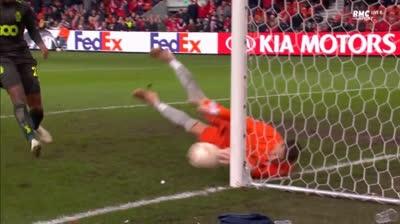 Tình huống Sevilla thoát bàn thua vô cùng khó tin