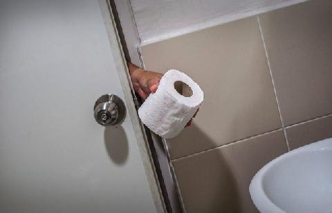 Bị bắt và phạt hơn 40 triệu vì lấy cắp giấy vệ sinh