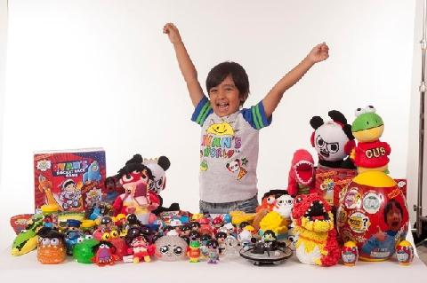 7 tuổi kiếm 22 triệu USD/năm nhờ đam mê đồ chơi