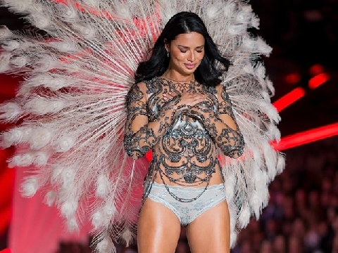Adriana Lima sexy không đỡ nổi khi chào tạm biệt đôi cánh thiên thần nội y