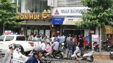 Đôi nam nữ bịt mặt dùng súng cướp ngân hàng táo tợn ở Sài Gòn