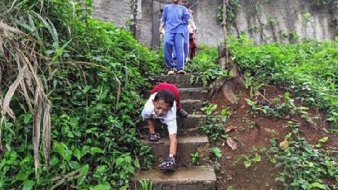 Cậu bé khuyết tật 8 tuổi bò hơn 3 km đến trường mỗi ngày