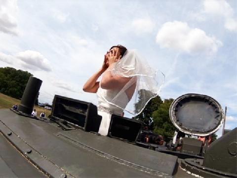 Chú rể chơi trội rước dâu bằng xe tăng