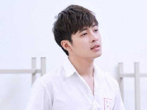 Gin Tuấn Kiệt đẹp trai như nam thần khi hát live ''Không Thể Chạm Được Em''
