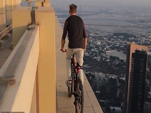 Choáng với anh chàng đạp xe trên nóc tòa nhà chọc trời Dubai