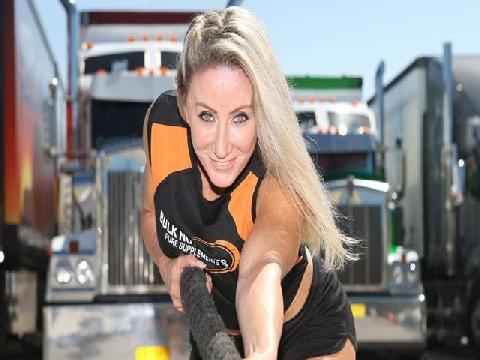 Cô gái đầu tiên trên hành tinh lập kỉ lục kéo xe tải hạng nặng trên 11 tấn