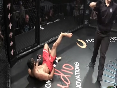Rợn người cảnh võ sỹ MMA gãy đôi chân sau khi tấn công đối thủ