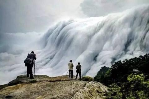 Thác mây trên đỉnh núi ở Trung Quốc