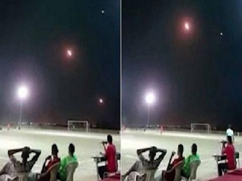 Cầu thủ Yemen bình thản đá bóng dù tên lửa bay ầm ầm trên đầu