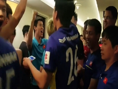 Lách khe cửa hẹp, tuyển Việt Nam ăn mừng tưng bừng ở khách sạn!