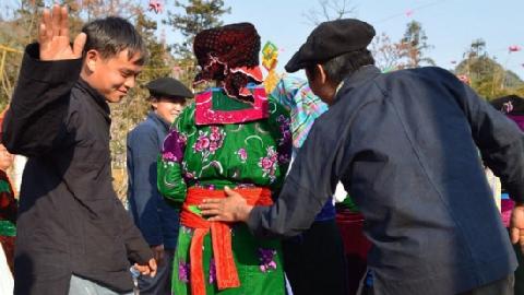 Vỗ mông để tỏ tình táo bạo trong ngày tết của người Mông