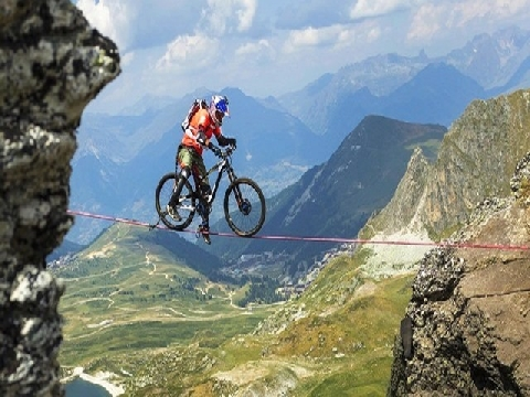 Đi xe đạp trên dây ở độ cao 2.700m khiến người xem 'nín thở'