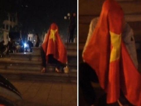 CĐV trùm Quốc kỳ, ngồi khóc hơn 1h trước Nhà hát lớn Hà Nội vì Việt Nam thua Nhật Bản