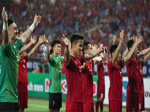 Xúc động hình ảnh các cầu thủ Việt Nam tri ân CĐV