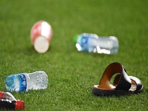 CĐV UAE ném giày dép và chai nước vào cầu thủ Qatar