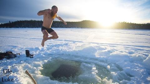 Há hốc với tục lặn xuống hồ băng để trồng cây trong đêm giao thừa ở Nga