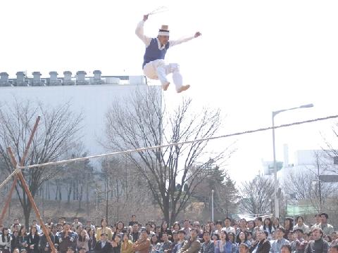 Kỉ lục nhảy tung người khỏi dây và xoay 180 độ trên không trung