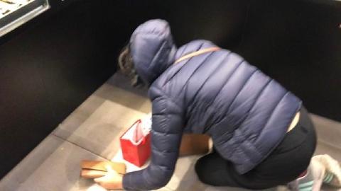 Vừa mua vàng đã rơi mất, khách đen đủi huy động cả cửa hàng đi tìm