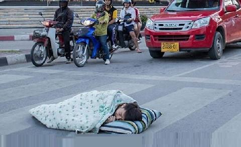Người đàn ông say xỉn nằm giữa đường ngủ, bị ôtô cán thảm khốc