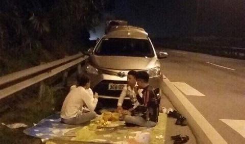 Hãi hùng dừng xe ngồi ăn uống trên cao tốc
