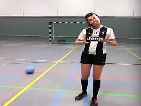 Chế: Ronaldo cột tóc đuôi gà sút bóng kỹ thuật