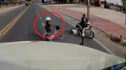 Pha sang đường ''liều chết'' của xe đạp trước mũi xe container